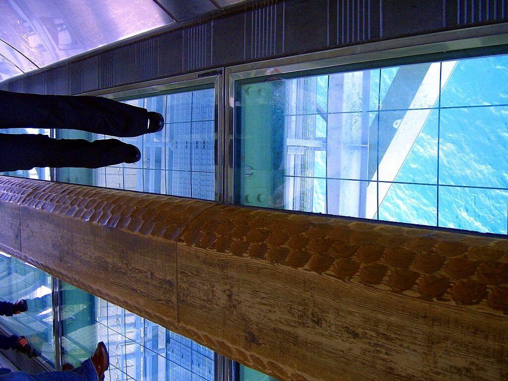 床がガラスで下の海が見えます